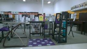 Meubles de bureau se vendant au magasin Images stock