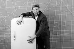 Meubles de cuisine et appareils ménagers Rétro réfrigérateur de prise heureuse d'homme Sourire macho avec le réfrigérateur homme  Photo stock