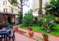 Meubles de jardin de patio Photographie stock libre de droits