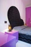 Meubles de la chambre à coucher dans une maison moderne images stock