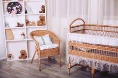 Meubles de rotin dans la chambre à coucher du ` s d'enfants avec des jouets et des éléments de nouvelle année Images libres de droits