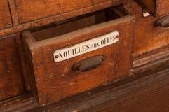 Meubles en bois dans l'épicerie avec le texte en français photographie stock libre de droits