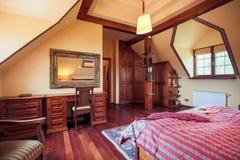 Meubles en bois dans la chambre à coucher conçue photos stock