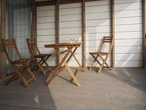 Meubles en bois de jardin, deux chaises et une table dans une maison de campagne sur la terrasse ou dans un hôtel Sur la table so photo libre de droits