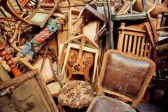 Meubles en bois de vintage dans l'entrepôt de déchets du marché antique Image libre de droits