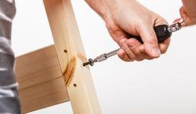 Meubles en bois se réunissants utilisant le scredriver DIY photo libre de droits