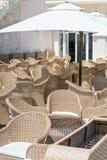 Meubles en osier dans un restaurant dans un hôtel cinq étoiles dans Kranevo, Bulgarie Image stock