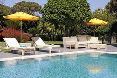 Meubles extérieurs blancs dans le jardin près de la piscine de station de vacances Photographie stock