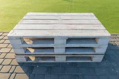 Meubles extérieurs modernes en bois assemblés à partir des palettes, du blanc peint dans la récréation et de la zone de divertiss image stock