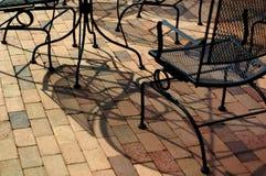 Meubles extérieurs sur un patio de brique Images stock