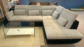 Meubles modernes de divan avec la table moderne Photo libre de droits