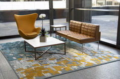Meubles modernes de lobby d'immeuble de bureaux Photographie stock libre de droits