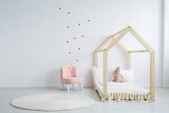 Meubles modernes du ` s d'enfants dans la chambre à coucher images stock