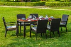 Meubles, table et chaises extérieurs de rotin Image stock