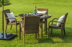 Meubles, table et chaises extérieurs de rotin Photos libres de droits