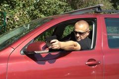 Meuchelmörderschießen von einem beweglichen Auto Stockfoto