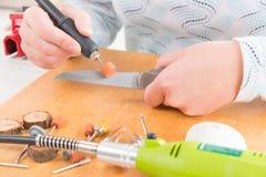 Meulage d'un vieux couteau avec la meule rotatoire Image stock