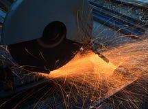 Meulage de métaux lourds dans l'usine d'industrie sidérurgique Image stock