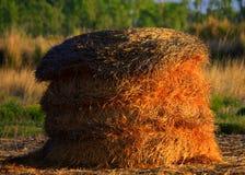 Meule de foin dans le matin Sun photographie stock