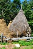 Meule de foin dans le village Rosia Montana - vieille mine d'or romaine Rosia Montana, la Transylvanie Photographie stock