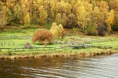 Meule de foin sur le côté de fleuve Photographie stock libre de droits