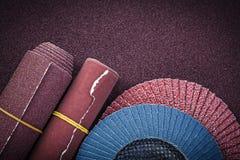 Meules d'aileron de papier d'émeris sur la feuille de polissage Photographie stock libre de droits