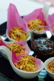 ` Meung Kum kleeb Bua ` Thailand maakt het traditionele voorgerecht door Geroosterde kokosnotenmengeling met vele het Thaise krui Royalty-vrije Stock Afbeeldingen