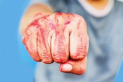 Meurtrier solitaire de thème ensanglanté : le meurtrier montre les mains ensanglantées et Photographie stock