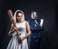 Meurtriers périodiques de nouveaux mariés, fond noir Photo stock