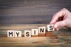 Meus pecados Letras de madeira no fundo da mesa de escritório, o informativo e da comunicação Fotografia de Stock Royalty Free