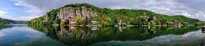 Meuse River sikt nära Namur royaltyfri bild