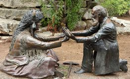 Meusebach-Komanche-Vertrag-Skulptur in Fredericksburg lizenzfreie stockbilder