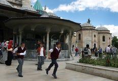 Mevlana博物馆的访客科尼亚的在土耳其 图库摄影
