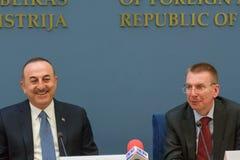 Mevlut Cavusoglu, minister Cudzoziemskie sprawy Latvia - sprawy Turcja i Edgars Rinkevics, minister Cudzoziemski - zdjęcie stock