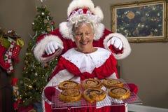Mevr. Claus bakt een traktatie voor Kerstman Royalty-vrije Stock Afbeelding