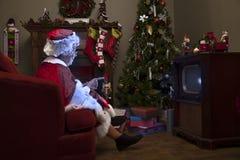Mevr. Claus die op TV letten Stock Fotografie