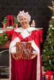 Mevr. Clause die Kerstmis huidig houden Stock Afbeeldingen