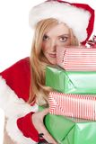 Mevr. Santa die rond stapel kijkt stelt voor Stock Foto's