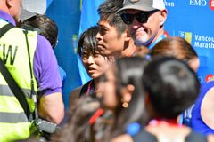 MEVROUW Yuko Mizuguchi won vrouwelijke 1st plaats in Vancouver maraton De heer Yuki Kawauchi gewonnen 1st plaats in Vancouver mar stock fotografie