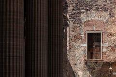 Mexicaans Balkon met kolommen op de achtergrond stock foto's