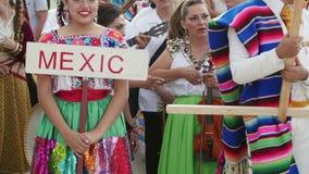 Mexicaans meisje in traditioneel kostuum bij het Internationale Folklorefestival stock video