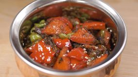 Mexicaans voedsel klem Rundvlees Fajitas - Traditionele schotel van Mexico Mexicaans voedsel in ijzerplaat stock video