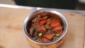 Mexicaans voedsel klem Rundvlees Fajitas - Traditionele schotel van Mexico Mexicaans voedsel in ijzerplaat stock videobeelden