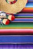 Mexicaanse achtergrond met traditionele deken en sombrero Stock Foto