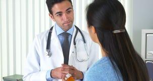 Mexicaanse arts die nieuw voorschrift verklaren aan patiënt Stock Afbeeldingen