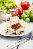 Mexicaanse burritosomslagen met pasteivulling, bonen en groenten Royalty-vrije Stock Fotografie