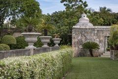 Mexicaanse Caraïbische tuin met temazcal, rustieke steen en concret royalty-vrije stock foto