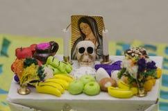 Mexicaanse dag van het dode aanbiedende altaar Stock Foto's