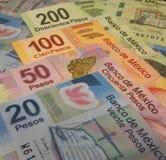 Mexicaanse de bankbiljettenrekeningen van de pesomunt met 20, 50, 100 en 200 peso'skoersen royalty-vrije stock foto's
