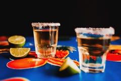 Mexicaanse die Tequila met kalk en zout in Mexico wordt geschoten stock afbeeldingen